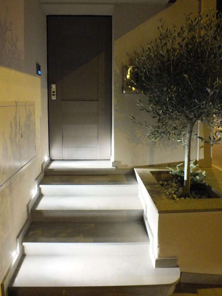 Installazione illuminazione lampade faretti a parete casa in citta